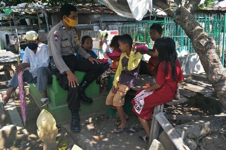 Anggota Polsek Mamajang Aiptu Paleweri mendirikan tempat belajar bagi puluhan anak miskin di Makassar. Sulawesi Selatan. Tempat belajar ini didirikan di kompleks TPU Dadi, Makassar, Sulawesi Selatan.
