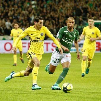 Pemain Paris Saint-Germain, Angel Di Maria, dijaga oleh pemain Saint Etienne, Kevin Monnet-Paquet.