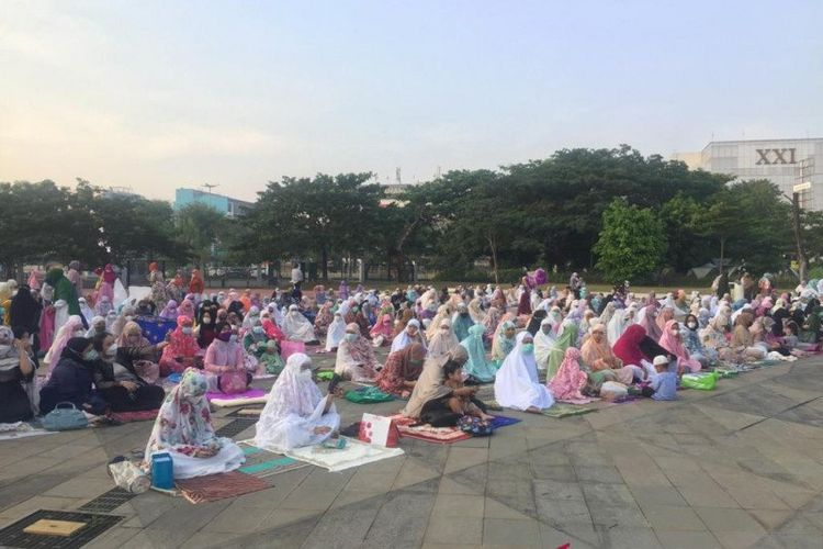 Situasi salat Idul Fitri 1442 Hijriah di lapangan terbuka Kawasan Balap Sepeda Velodrome, Jakarta Timur, Kamis (13/5/2021).