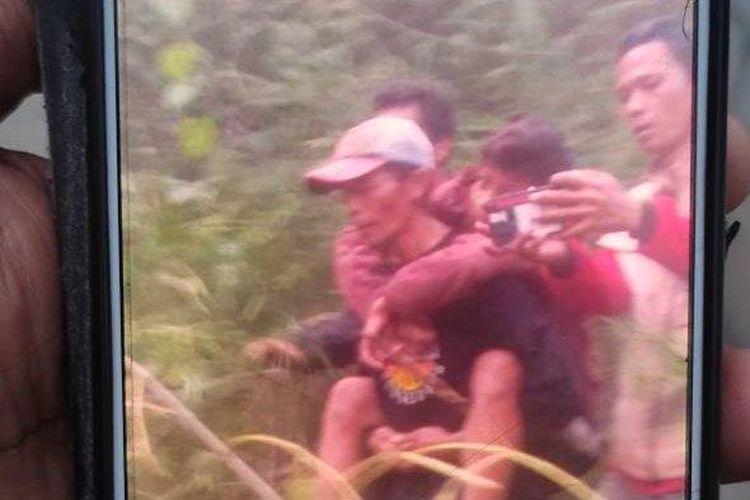 Gibran, pendaki Gunung Guntur yang hilang selama enam hari, tengah dievakuasi Tim SAR Gabungan, Jumat (24/9/2021).