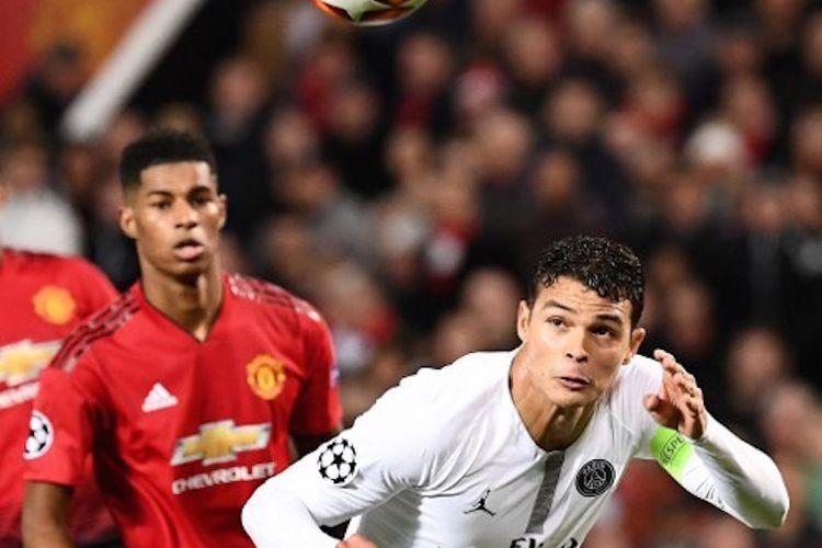 Marcus Rashford membayangi Thiago Silva yang hendak menyundul bola pada laga Manchester United vs Paris Saint-Germain (PSG) dalam babak 16 besar Liga Champions di Stadion Old Trafford, 12 Februari 2019.