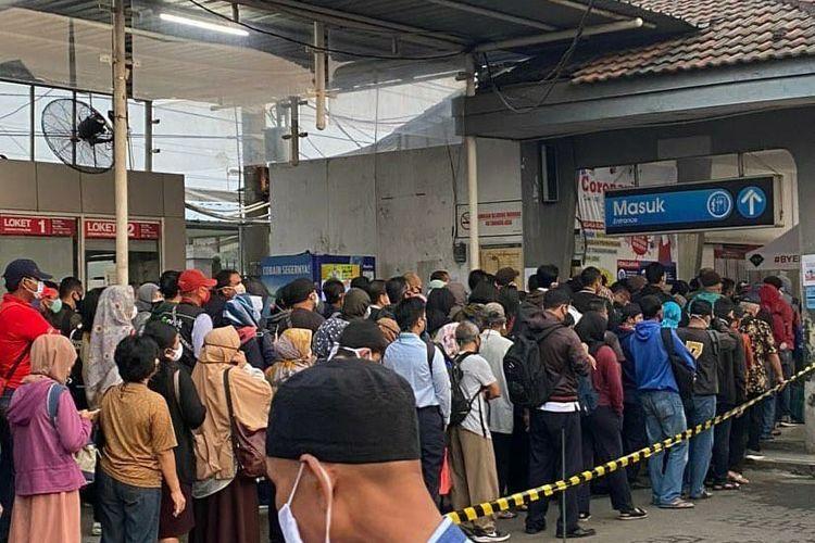 Kondisi Stasiun Depok yang dipadati penumpang kereta rel listrik (KRL) pada Senin (13/4/2020) pagi