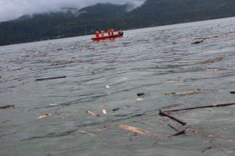 Tim SAR memulai pencarian korban banjir Ambon dari Pelabuhan Yos Sudarso Ambon sekira pukul 02.00 Wit, Rabu (31/7/2013). Dalam pencarian tersebut, Tim SAR menggunakan dua speed boat karet dan langsung menyisir perairan teluk Ambon sekitar 30 kilometer dari Pelabuhan Ambon.