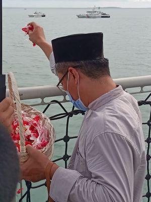 Salah satu keluarga korban ketika acara tabur bunga di sekitar lokasi jatuhnya pesawat Sriwijaya Air SJ 182 di perairan Kepulauan Seribu, Jumat (22/1/2020).