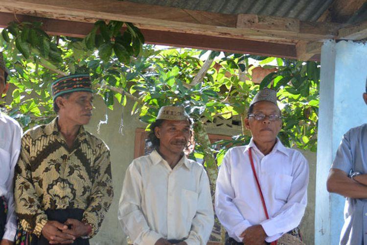Warga di Kabupaten Manggarai Timur, Flores, NTT, Selasa (21/3/2017) selalu memakai rombeng rajong dalam berbagai acara kekeluargaan maupun acara adat di seluruh kampung. Rombeng rajong merupakan topi khas orang Manggarai Timur yang sangat unik. Bahannya dasarnya berasal dari hasil hutan.