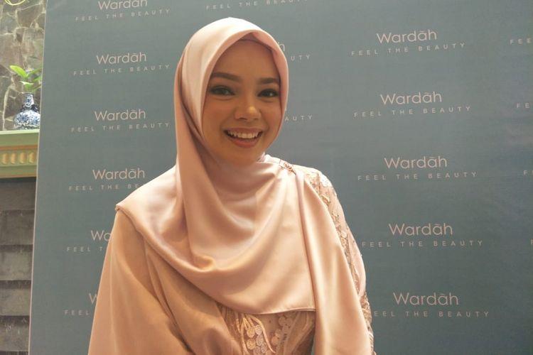 Dewi Sandra saat ditemui dalam acara Wardah Feel The Beauty di kawasan Kebayoran, Jakarta Selatan, Senin (18/2/2019).
