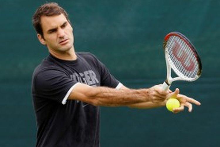 Petenis Swiss, Roger Federer, menjalani sesi latihan sebelum turun di turnamen Grand Slam Wimbledon, Minggu (23/6/2013). Federer akhirnya kalah di babak kedua.