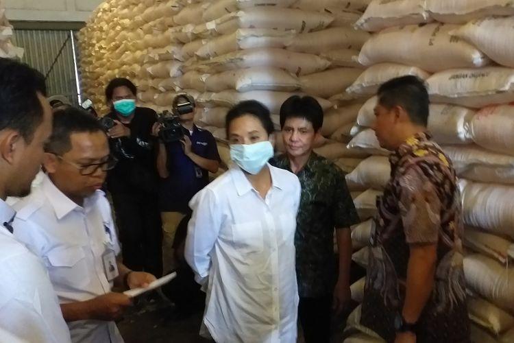 Menteri Badan Usaha Milik Negara (BUMN) Rini Soemarno menyambangi Gudang Lini III Pasir Hayam di Cianjur, Jawa Barat, Jumat (8/2/2019).
