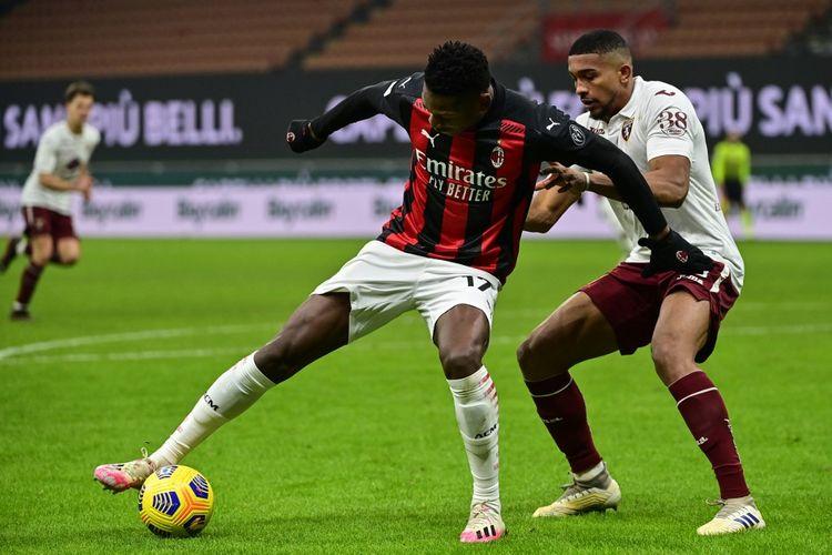 Aksi Rafael Leao (kiri) dalam laga 16 besar Coppa Italia, AC Milan vs Torino, di Stadion San Siro, Selasa (12/1/2021) atau Rabu dini hari WIB.