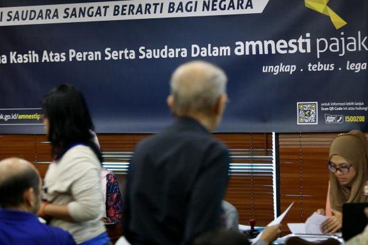 Sejumlah warga menunggu panggilan untuk ikut dalam program Tax Amnesty di Kantor Pajak Pratama Kebayoran Lama, Jakarta Selatan, Jumat, 30/9/2016. Banyaknya warga yang antre sejak pagi karena hari ini merupakan hari terakhir periode I program tax amnesty.