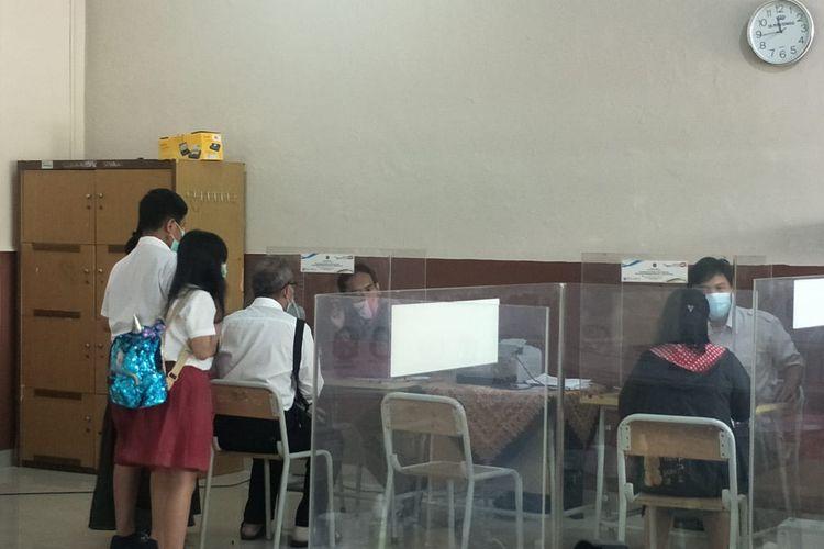 Para orangtua sedang berkonsultasi di Posko PPDB SMAN 40 Pademangan, Jakarta Utara, Senin (7/6/2021).