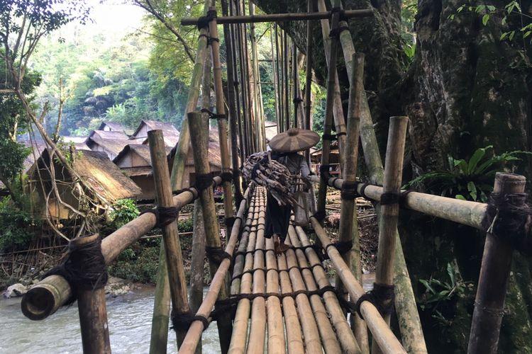 Jembatan bambu yang dibuat penduduk Baduy secara gotong royong di Kampung Gajebo, Desa Adat Baduy atau Desa Kanekes, Kecamatan Leuwidamar, Kabupaten Lebak, Banten, Sabtu (17/2/2018).