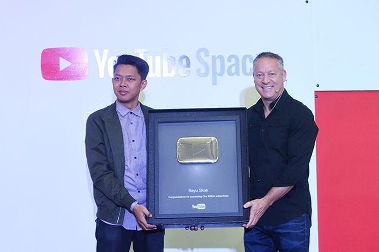 YouTube Indonesia memberikan Gold Button kepada 6 YouTuber yang meraih satu juta subscriber.