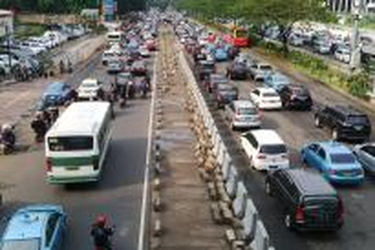 Lahan hijau di depan Ratu Plaza, Jalan Sudirman, Jakarta Pusat, sudah dibeton. Hal ini diupayakan untuk pembangunan MRT koridor I (Lebak Bulus-Bunderan Hotel Indonesia). Polda Metro Jaya mengerahkan 100 personel untuk mengurai kemacetan di sepanjang area proyek MRT.