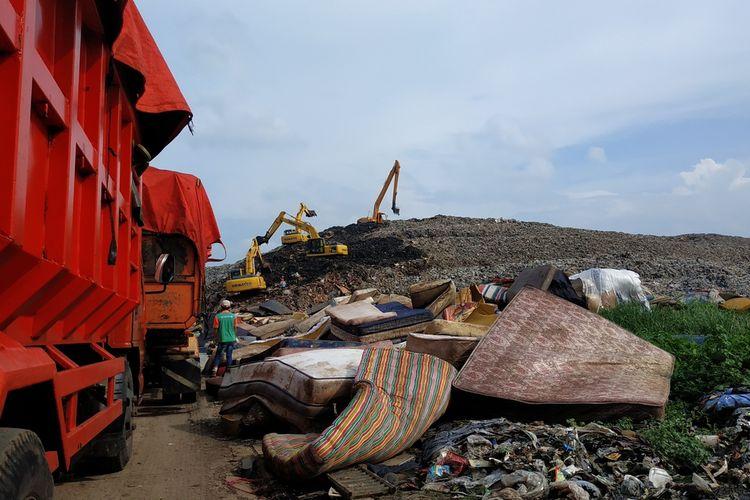 Sampah banjir Kota Bekasi yang didominasi rongsokan perabotan rumah tangga di TPA Sumur Batu, Bantargebang, Bekasi, Selasa (7/1/2020).
