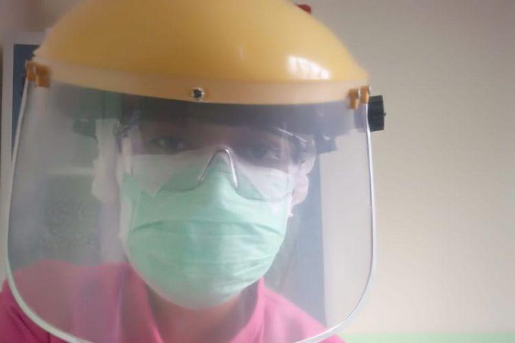 Tenaga medis perempuan memiliki peran ganda baik di tempat kerja, rumah, maupun di lingkungan terutama di tengah pandemi COVID-19.