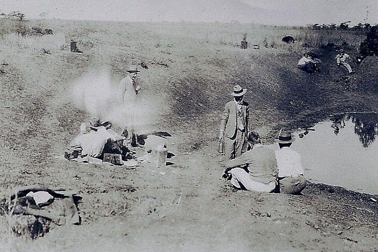 Tentara Australia sedang beristirahat saat berperang di The Great Emu War melawan kawanan burung emu, tahun 1932.