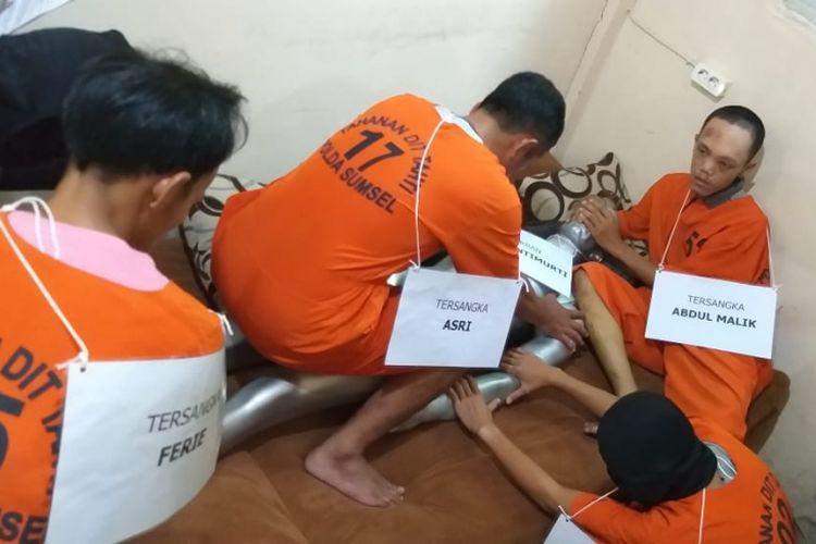Reka adegan pembunuhan IA (20) yang diperagakan oleh empat pelaku ketika berada di Polda Sumatera Selatan, Senin (28/1/2019). Dalam adegan itu korban tewas setelah dipukul kayu balok, setelah itu diperkosa oleh pelaku.
