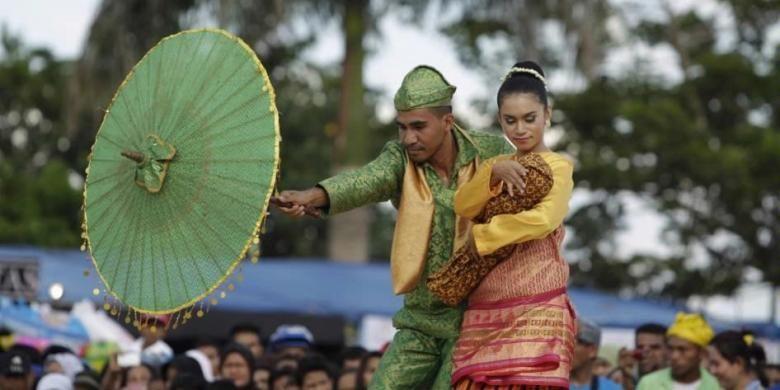 Tarian daerah ditampilkan dalam pembukaan Festival Legu Gam ke-13 di Ngara Lamo, Ternate, Maluku Utara, 13 April 2014. Festival berlangsung hingga 26 April dan menampilkan kegiatan budaya seperti kirab, fashion street, jelajah Samudera Kie Raha, sekaligus menjadi perayaan hari ulang tahun ke-79 Sultan Ternate.