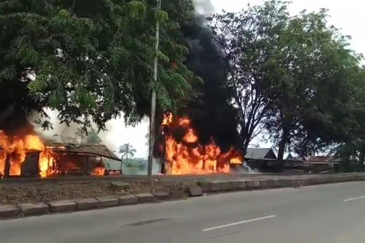 Api kebakaran yang cukup besar membakar 10 rumah di sisi jalan lintas timur Palembang-Ogan Ilir diduga berasal dari sebuah lokasi penampungan minyak BBM Ilegal