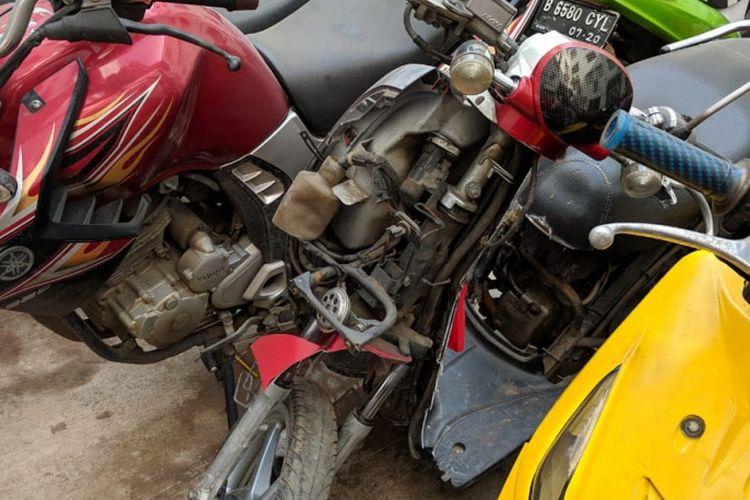 Sepeda motor yang dirusak pengendaranya sendiri karena tak terima ditilang polisi di kawasan sekitar Pasar Modern BSD, Tangerang Selatan, awal pekan ini kini berada di Mapolres Tangerang Selatan. Foto diambil  di Mapolres Tangerang Selatan, Jumat (8/2/2019).