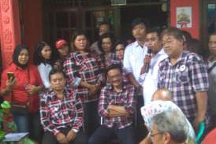 Calon wakil gubernur DKI Jakarta Djarot Saiful Hidayat mengunjungi rumah warga di Gang Kancil, Ragunan, Jakarta Selatan, Selasa (15/11/2016).