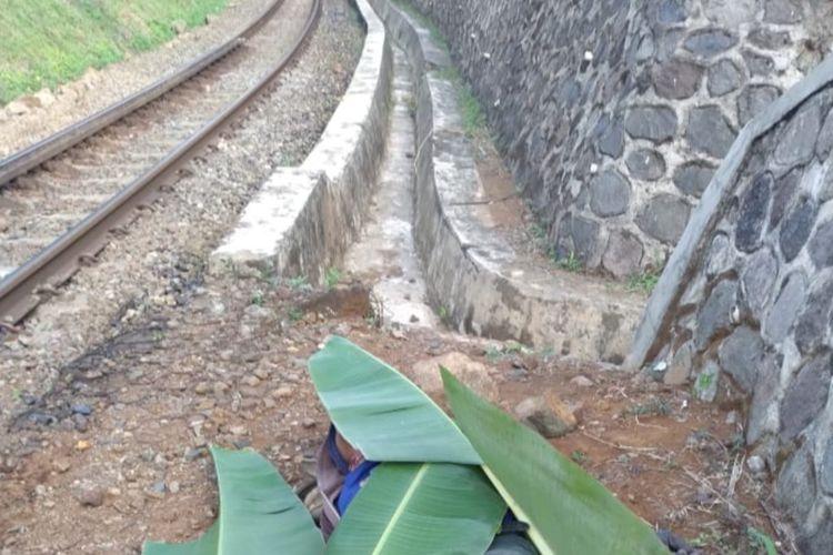 Seorang tukang sabit rumput tewas tertabrak kereta api Kutojaya saat mencari pakan ternak di Kecamatan Kadipaten, Kabupaten Tasikmalaya, Minggu (18/7/2021).