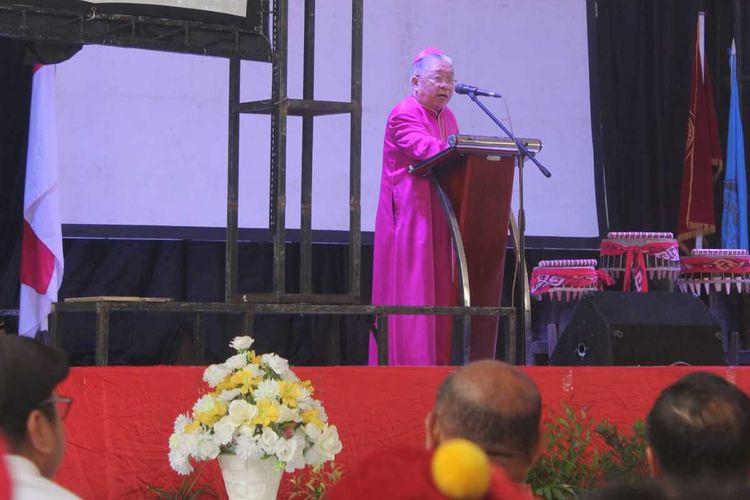 Uskup Diosis Amboina Mgr. PC. Mandagi saat memberikan sambutan dalam acara pembukaan Kongres PMKRI ke-31 dan Majelis Pemusayaratan Anggota (MPA) ke-30 tahun 2020  di Gedung Xaverius, Ambon, Kamis (6/2/2020).