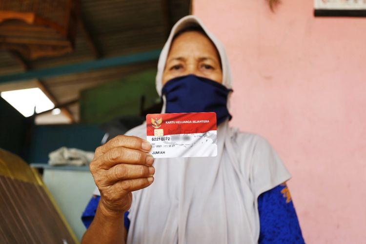Seorang warga penerima bantuan sosial (bansos) dari Kementerian Sosial.