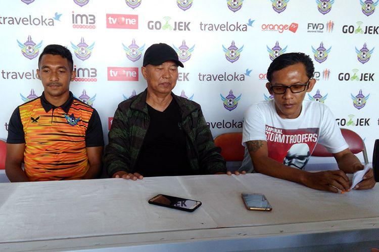 Yulius Mauloko (kiri) dan pelatih Persegres Gresik United Hanafi (tengah), dalam sesi jumpa pers jelang menghadapi Barito Putera.