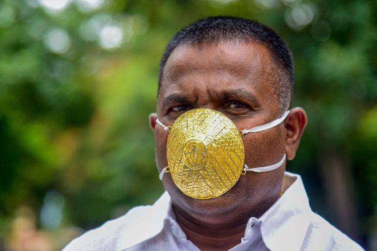 Pengusaha Shankar Kurhade ketika mengenakan masker yang terbuat dari emas, dan berharga sekitar Rp 58 juta, untuk melindunginya dari virus corona di Pune, India, pada 4 Juli 2020.