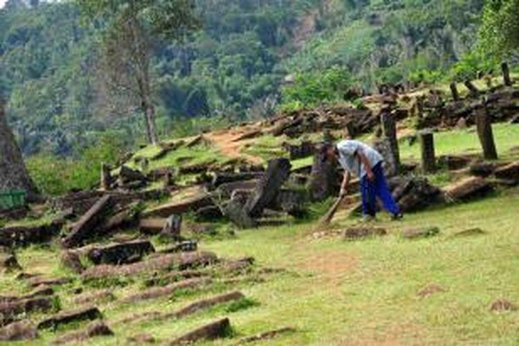Seorang penjaga membersihkan situs Megalitikum Gunung Padang di kawasan Cianjur, Jawa Barat, Jumat (15/3/2013).
