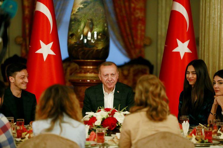 Presiden Turki Recep Tayyip Erdogan bersama gelandang Arsenal Mesut Oezil (kiri) dan tunangannya Amibe Gulse saat buka puasa di Istanbul Sabtu (18/5/2019).