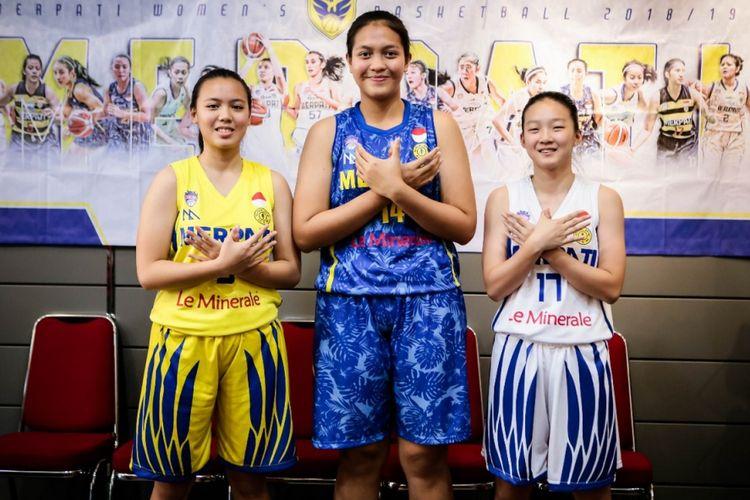 Tiga pemain klub Merpati Bali, Minggu (11/11/2018), memperkenalkan jersey untuk menghadapi Srikandi Cup 2018-2019 yang dimulai pada 26 November 2018.