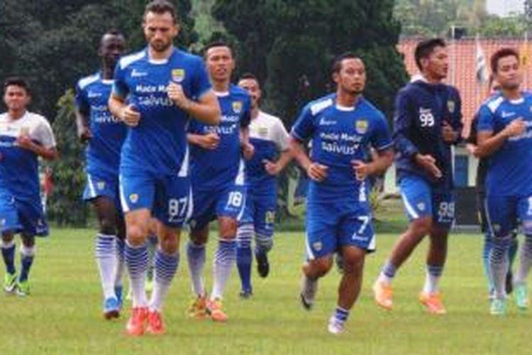 Persib Bandung berlatih di Pusat Pendidikan Polisi Militer (Pusdikpom) Cimahi, Sabtu (28/3/2015) sore.