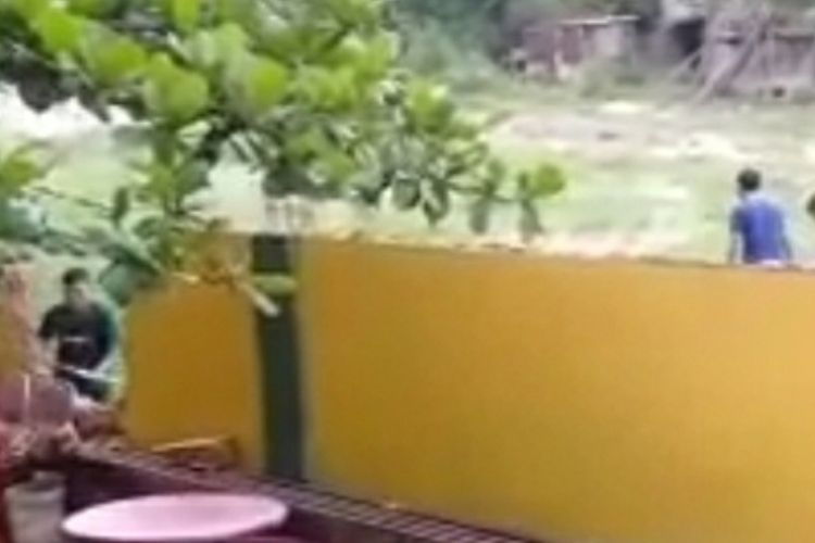Tangkapan layar video viral aksi perusakan terhadap bangunan tembok SD Taruna Islam di Jalan Melur Indah, Kelurahan Tangkerang Timur, Kecamatan Tenayan Raya, Kota Pekanbaru, Riau, beberapa waktu lalu.