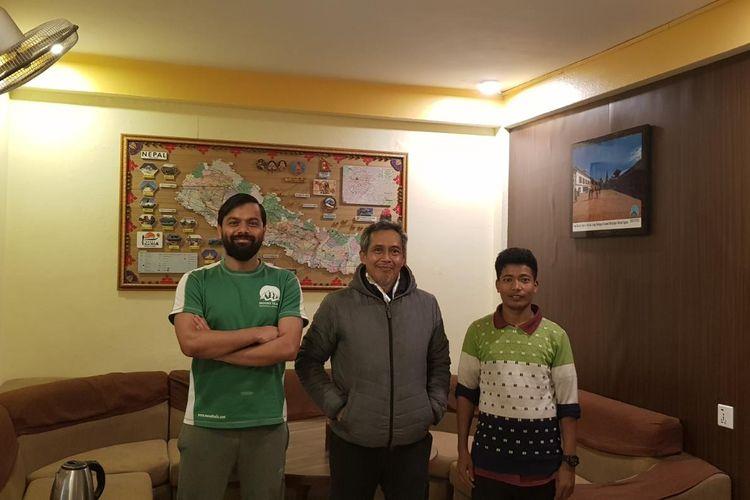 Teddy Herianto (tengah) berfoto bersama pemilik Hotel Yala Peak, Kathmandu, tempat dia menginap selama tiga bulan di Nepal setelah terjebak lockdown.