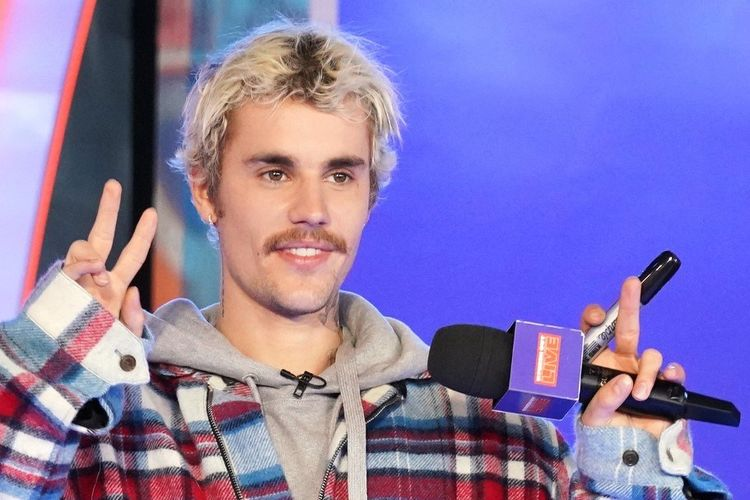 Bintang musik pop Justin Bieber tampil di panggung MTV Fresh Out Live di New York City, pada 7 Februari 2020.
