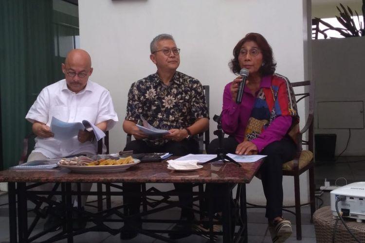 Menteri Kelautan dan Perikanan sekaligus Komandan Satgas 115, Susi Pudjiastuti menyampaikan penangkapan kapal ikan berbendera Vietnam yang ditangkap di perairan Natuna, Indonesia, di Bandung, Senin (25/2/2019).