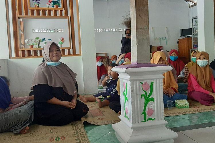 Feratri Rahmatilah (Jilbab Coklat) bersama anak asuhnya di Yayasan Mata Hati, Gunungkidul Selasa (16/2/2021)