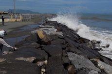Ombak Tinggi, Warga Khawatir Air Laut Masuk ke Rumah