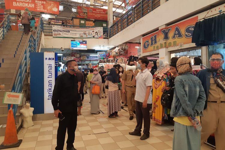 ASN melakukan pengecekan kepada pedagang dan pembeli di Pasar Koja Baru, Koja, Jakarta Utara, Senin (6/7/2020)