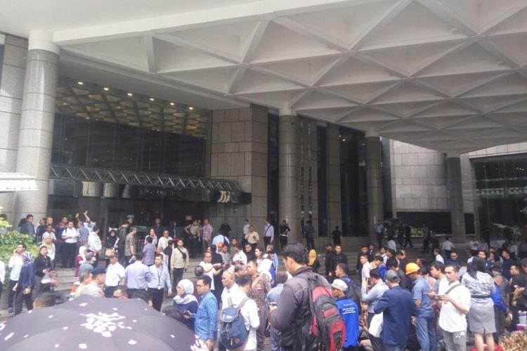 Suasana di luar Gedung Bursa Efek Indonesia, Senin (15/1/2018) siang, pasca salah satu lantai balkon di Tower II di gedung itu ambruk. Insiden tersebut menyebabkan sejumlah orang terluka.