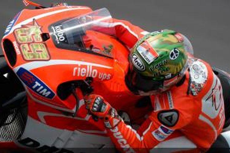 Pebalap Amerika Serikat, Nicky Hayden memacu motornya pada sesi kualifikasi GP Indianapolis, Sabtu (17/8/2013).