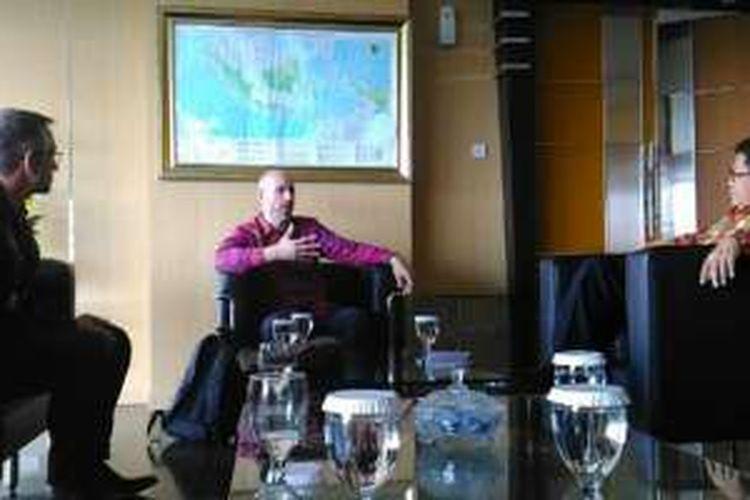 Menkominfo Rudiantara (berbaju batik, kanan), saat sedang menemui tim Google di ruangannya, Gedung Kemenkominfo, Rabu (10/8/2016).