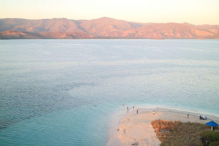 Panorama Taman Laut 17 Pulau Riung dilihat dari bukit di Pulau Rutong, Flores, NTT.