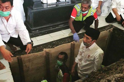 Momen Saat Jokowi Turun ke Liang Lahat, Mengantar Kepulangan Ibunda