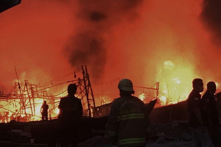 Suasana di lokasi kebakaran kapal di Pelabuhan Muara, Pluit, Penjaringan, Jakarta Utara, Sabtu (23/2/2019) sore. Sedikitnya 15 unit kapal terbakara dalam peristiwa itu.