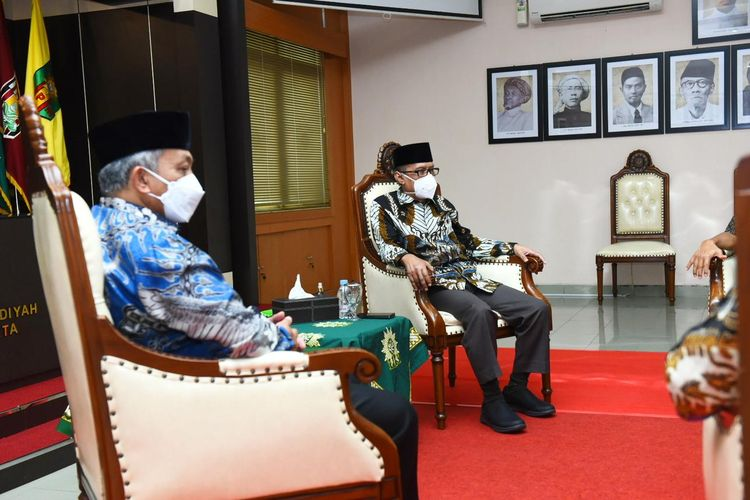 Presiden Partai Keadilan Sejahtera (PKS) Ahmad Syaikhu dan Ketua Umum PP Muhammadiyah Haedar Nashir saat bertemu di Kantor PP Muhammadiyah, Yogyakarta, Selasa (8/6/2021).