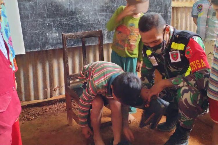 Suasana Babinsa Desa Puncak Koramil 1424-05/Sinjai Selatan, Kopda Joni bersama siswa Kelas Jauh SDN 45 Lempangang, Kampung Boja, Kecamatan Sinjai Selatan, Sulawesi Selatan.